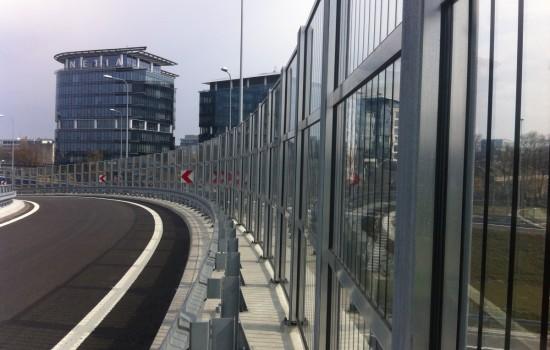 GDKDiA - pionowe pasy montowane na 4700 m2 ekrano╠üw akustycznych na drodze S2 oraz We╠Ęz╠üle Lotnisko Warszawa w celu ochrony ptako╠üw przed kolizjami z nimi