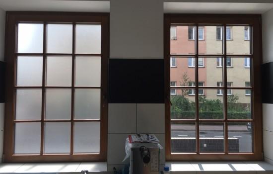 LODZIARNIA - zabezpieczenie okien przed wgla╠Ędem do s╠ürodka folia╠Ę MAT MROZ╠çONY zgodnie z wymogami sanitarnymi