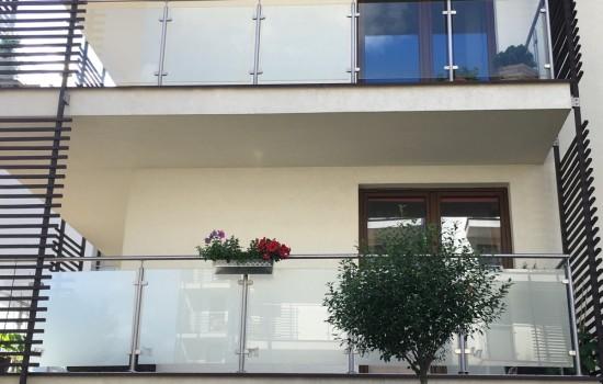MIESZKANIE PRYWATNE - Folia matowa typu szk┼éo mroz╠çone montowana na balustrade╠Ę balkonu. Praktycznie nie zmieni┼éa kolorystyki elewacji przy duz╠çej transmisji s╠üwiat┼éa widzialnego