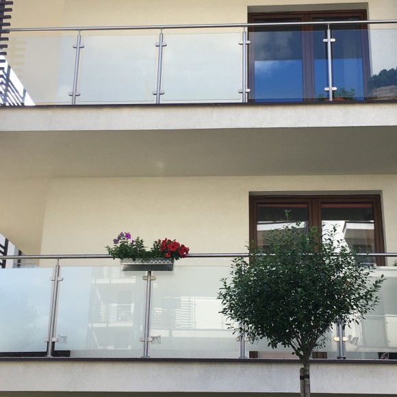 MIESZKANIE PRYWATNE - Folia matowa typu szkło mrożone montowana na balustradę balkonu. Praktycznie nie zmieniła kolorystyki elewacji przy dużej transmisji światła widzialnego